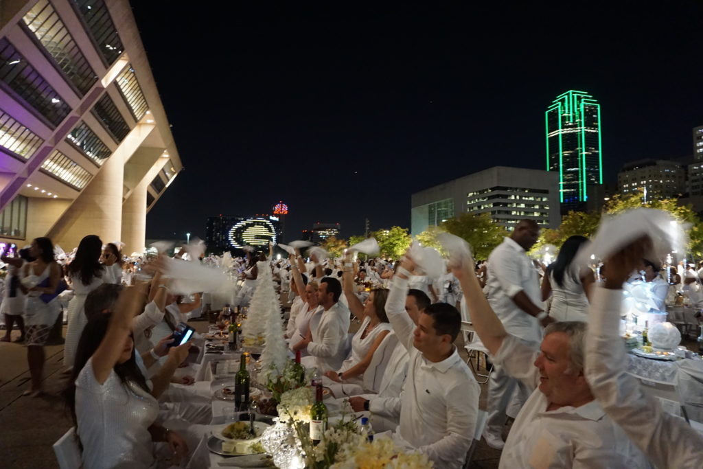 The napkin wave - Diner en Blanc Dallas - Photo by Outside Suburbia