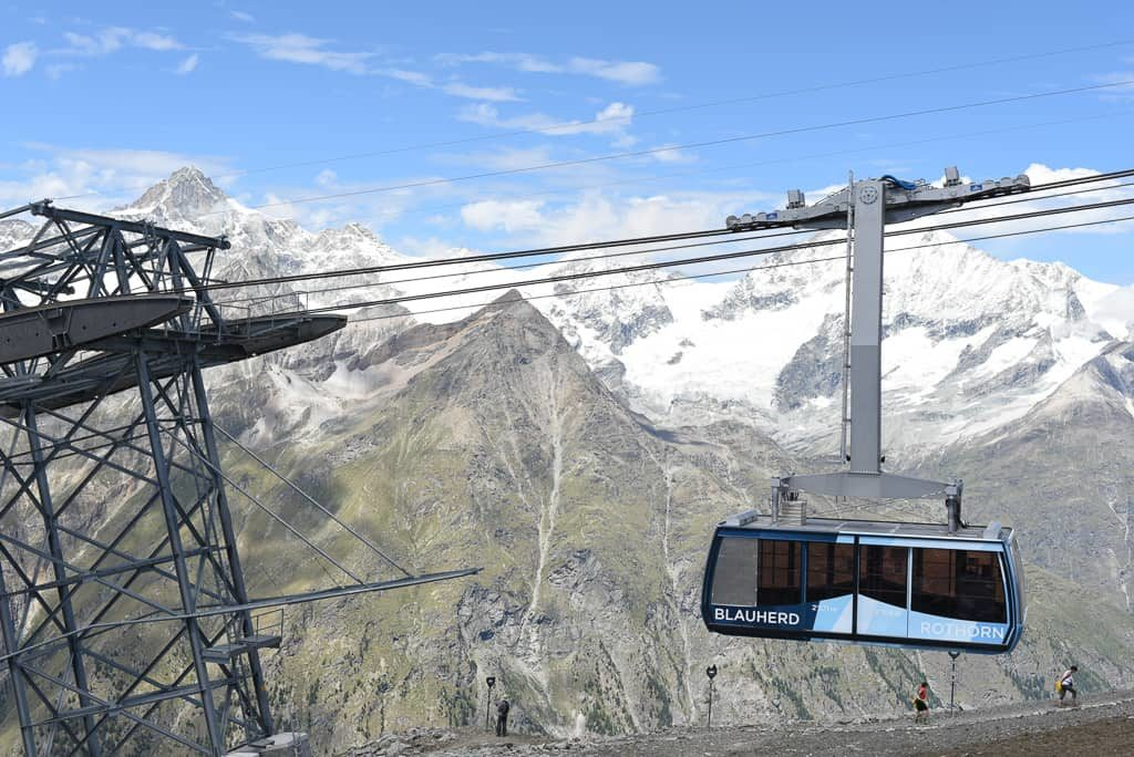 The aerial tramway of the Zermatt Bergbahnen on the way to the Rothorn station