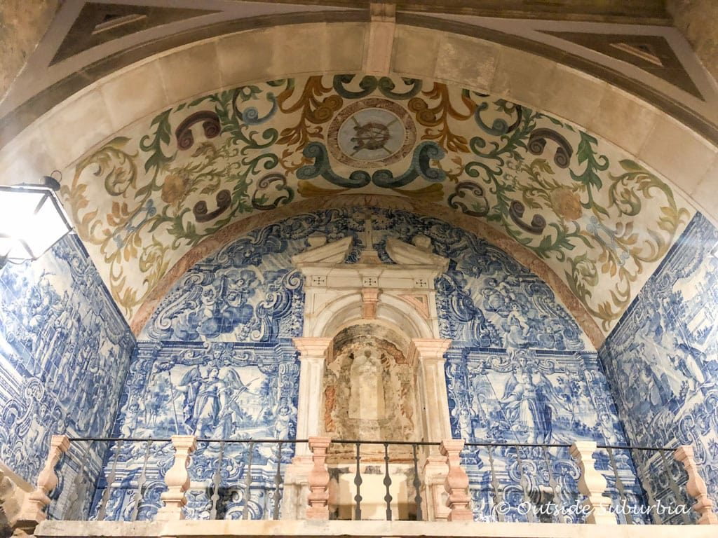 Main gate of Óbidos' features a chapel and a gorgeous blue-and-white-tiled baroque balcony which dates to around 1380