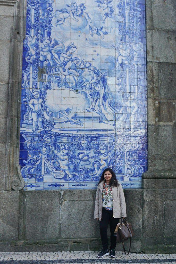 Capela das Almas (Chapel of Souls) is a small church located in the middle of the Rua de Santa Catarina in Porto